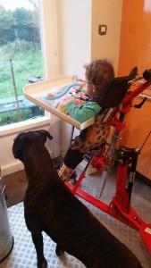 Kerwan soutenu par son chien.