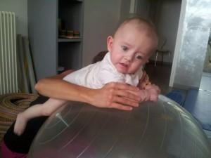 Kerwan en séance de kinésithérapie travaille sur un ballon